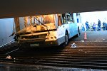 Автобус въехал в подземный переход у станции метро Славянский бульвар в Москве.