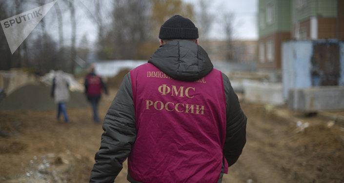 Россиянын ФМС кызматкери. Архив