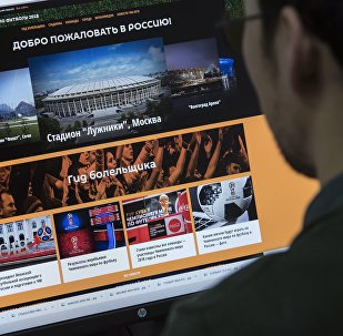 Пользователь смотрит страницу спецпроекта FIFA-2018 на сайте Sputnik Кыргызстан