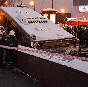Сотрудники МЧС эвакуируют автобус, въехавший в подземный переход у станции метро Славянский бульвар в Москве.