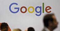 Люди проходят мимо логотипа Google. Архивное фото