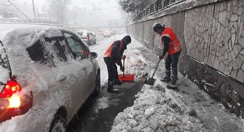 Уборка снега на дорогах Бишкека
