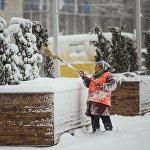 Сотрудники очищают обочины, тротуары и остановки от снега и льда