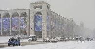 Автомобили на площади Ала-Тоо во время обильного снегопада в Бишкеке. Архивное фото