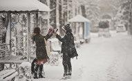 Парень и девушка играют в снежки. Архивное фото