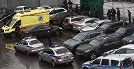 Полиция и автомобиль реанимации на Иловайской улице. Неизвестный открыл стрельбу на Иловайской улице в Москве: один человек погиб.