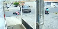 Мотоциклист чудом выжил, попав под колеса грузовика, — видео