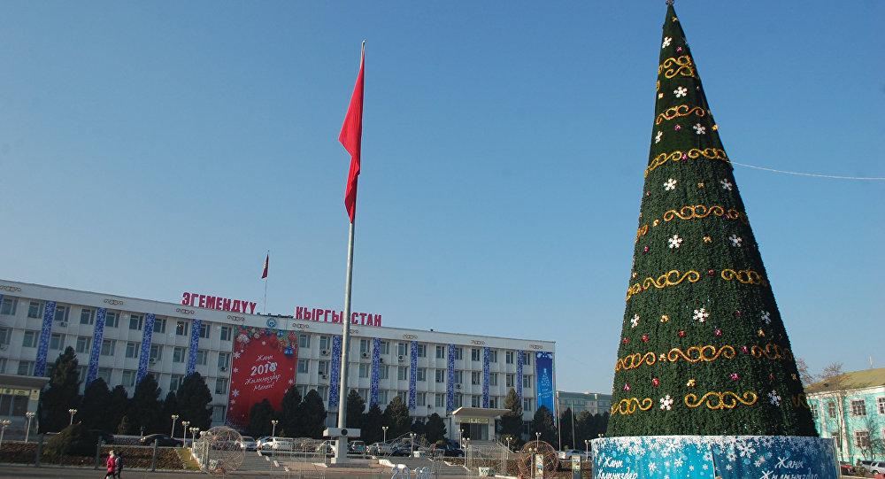 Новогодняя елка на площади города Ош