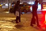 Прохожие идут по тротуару, покрытому льдом. Архивное фото