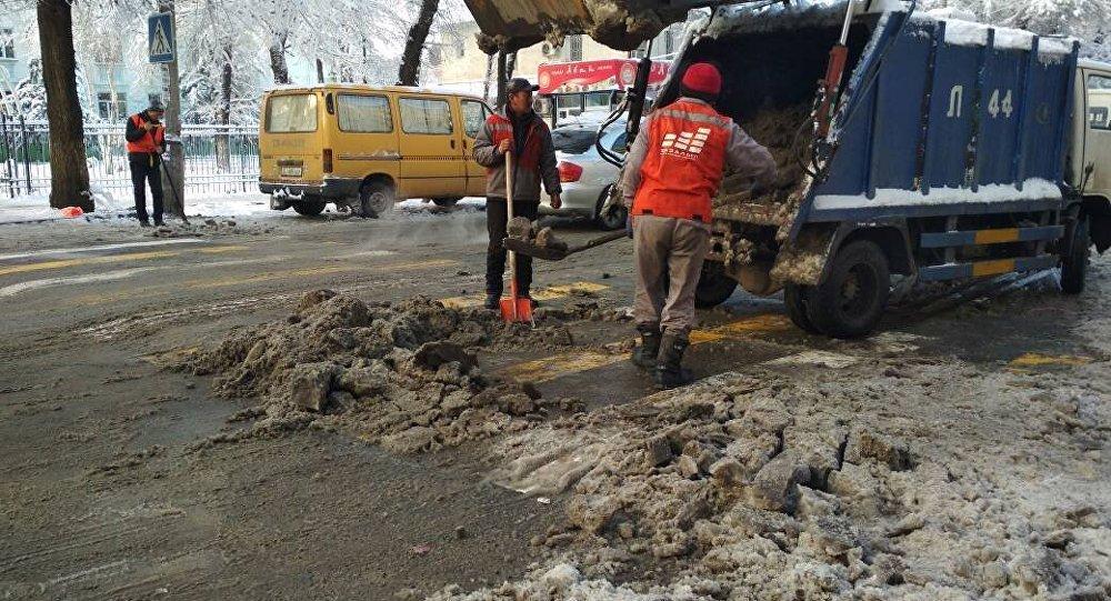 Сотрудники муниципального предприятия Тазалык продолжают борьбу с гололедицей на улицах Бишкека