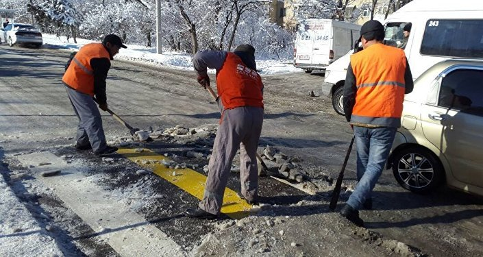 Борьба с гололедицей на улицах Бишкека