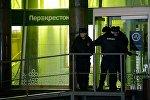 Россиянын Санкт-Петербург шаарындагы Перекресток дүкөнүнүн жанындагы полиция кызматкерлери
