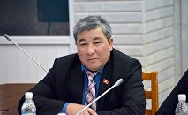 Депутат Рыскелди Момбековдун архивдик сүрөту