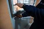 Сотрудник исправительной колонии закрывает дверь камеры. Архивное фото