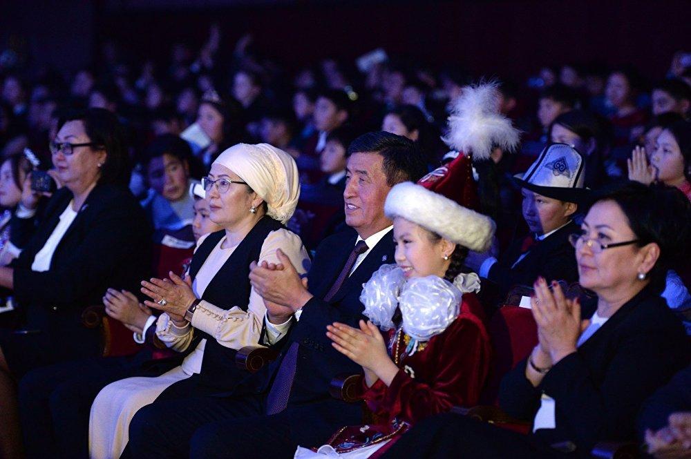 На елку президент пришел с первой леди Айгуль Жээнбековой