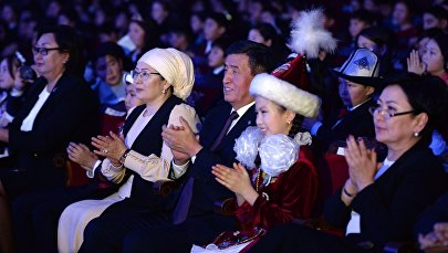 Президент КР Сооронбай Жээнбеков и первая леди Айгуль Токоева на президентской елке в Национальной филармонии имени Токтогула Сатылганова. Архивное фото