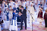 Президент Сооронбай Жээнбеков жыл сайын өтүүчү Жаңы жылдык балатыда. Архивдик сүрөт