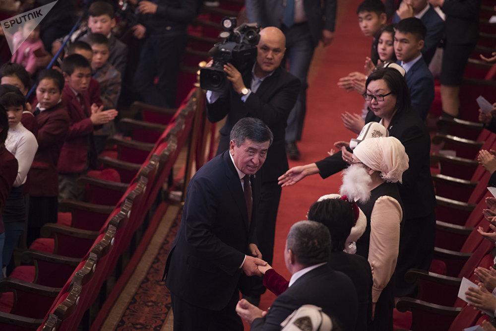Вместе с главой государства пришли сотрудники его аппарата