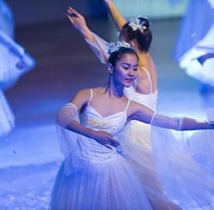 Выступление артистов на президентской елке в Национальной филармонии имени Токтогула Сатылганова