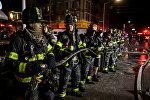 Сотрудники пожарной службы штата Нью-Йорк работают на месте пожара в квартире в Бронксе, Нью-Йорк. США 28 декабря 2017 года