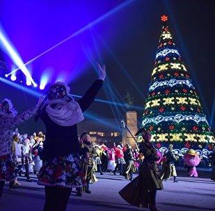 Главная новогодняя елка на площади Ала-Тоо в центре Бишкека. Архивное фото