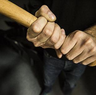 Мужчина c дубинкой в руке. Архивное фото