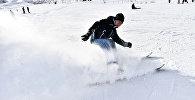 Мужчина катается на лыжах. Архивное фото
