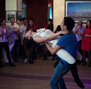 Девушка и парень во время танцевального конкурса на вечеринке. Архивное фото