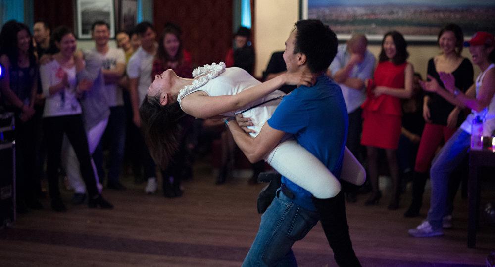 Видео как танцуют на улице девки, половые органы женщин разных рас во всей красе