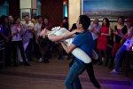 Девушка и парень танцуют на мероприятии. Архивное фото