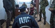 Журналист Sputnik Кыргызстан Асель Минбаева во время интервью с заключенным в исправительной колонии №19