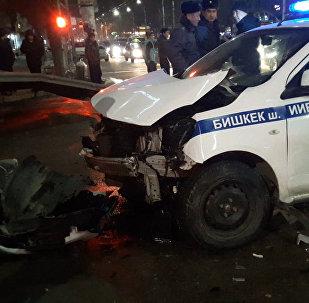 Бишкек милициясынын унаасы эки жолтандабас менен кагышты. Видео