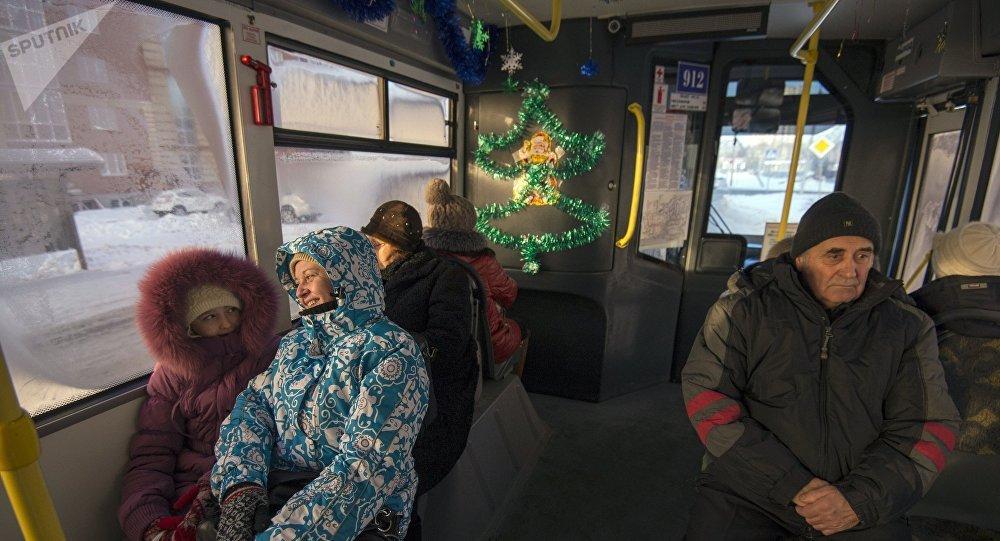 Жители города в автобусе. Архивное фото