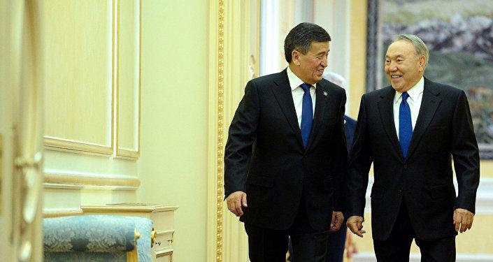 Архивное фото президента Кыргызстана Сооронбая Жээнбекова во время встречи с главой Республики Казахстан Нурсултаном Назарбаевым в Астане