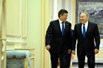 Президенты Кыргызстана Сооронбай Жээнбеков во время встречи с главой Республики Казахстан Нурсултаном Назарбаевым в Астане. Архивное фото