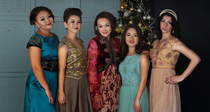 Президент ассоциации Ассоциации женского футбола КР Бермет Тологонова и футболисты сборной Кыргызстана