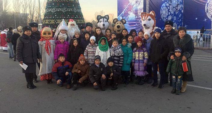 23 круглых сироты в сопровождении начальника Кеминского РОВД и инспекторов ИДН посетили центральную площадь