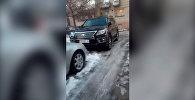 В Бишкеке нашли два внедорожника с одинаковыми крутыми номерами — видео