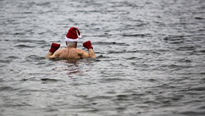 Пожилой мужчина купается в озере. Архивное фото