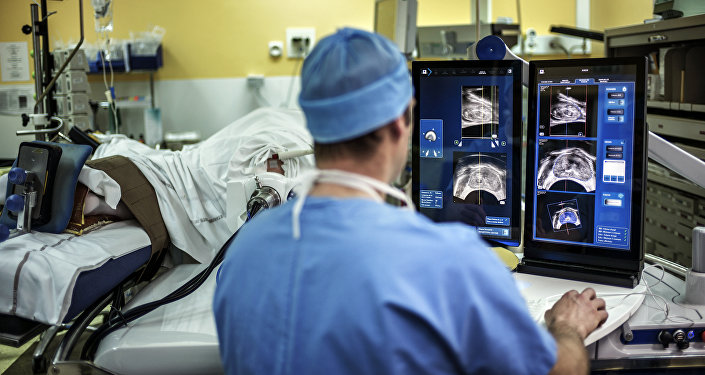 Операция жасаган хирург. Архивдик сүрөт