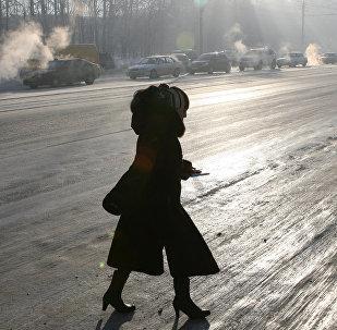 Женщина переходи дорогу во время гололеда. Архивное фото