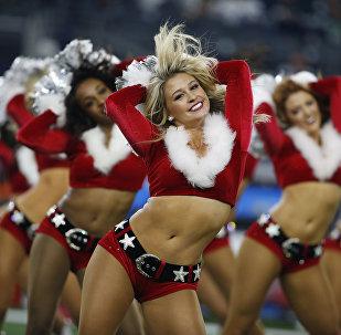 """""""Даллас Ковбойз"""" колдоо тобунун кыздары рождество костюмдарын кийип NFL менен """"Сиэтлс Сихокс"""" футбол командаларынын беттешине катышты"""