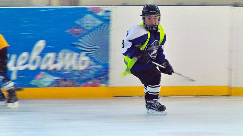 Нападающий Нуртемир Сулайманов хоккейной команды Бишкек во время игры