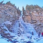 Водопады в ущельях образуют ледяную стену, по которой течет вода, увеличивая наледь