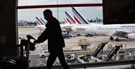 Пассажир в аэропорту Париж. Архивное фото