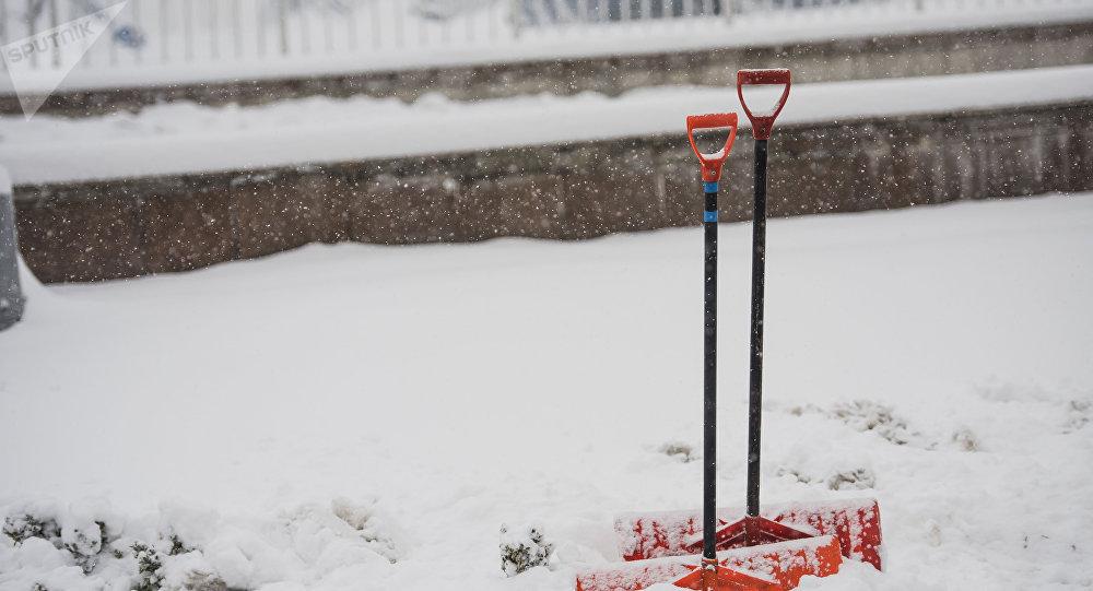 Лопаты для уборки снега во время обильного снегопада. Архивное фото