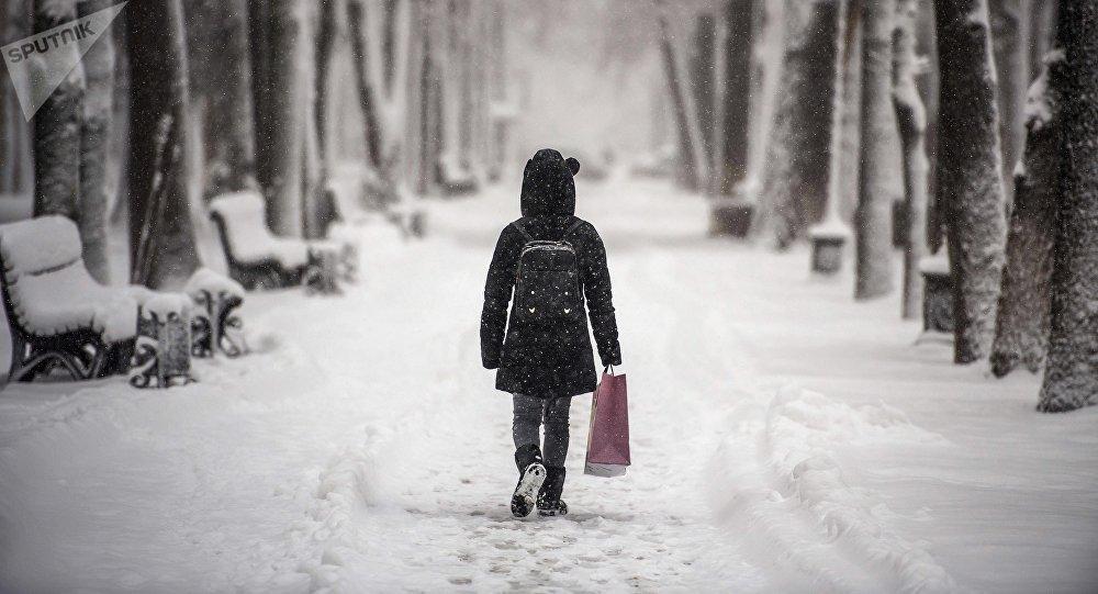 Девушка на одной из улиц Бишкека. Архивное фото