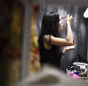 Девушка наносит себе макияж. Архивное фото