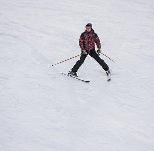 Тоодо лыжа тээп жаткан адам. Архив