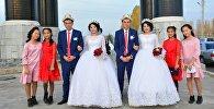 Свадебное торжество близнецов-молодоженов Асан и Усон Токтосуновых и Гулкыз и Нуркыз Турдалиевых. Архивное фото